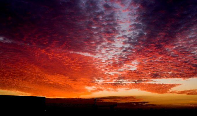 Spätherbstliches Morgenrot über den Riedwiesen