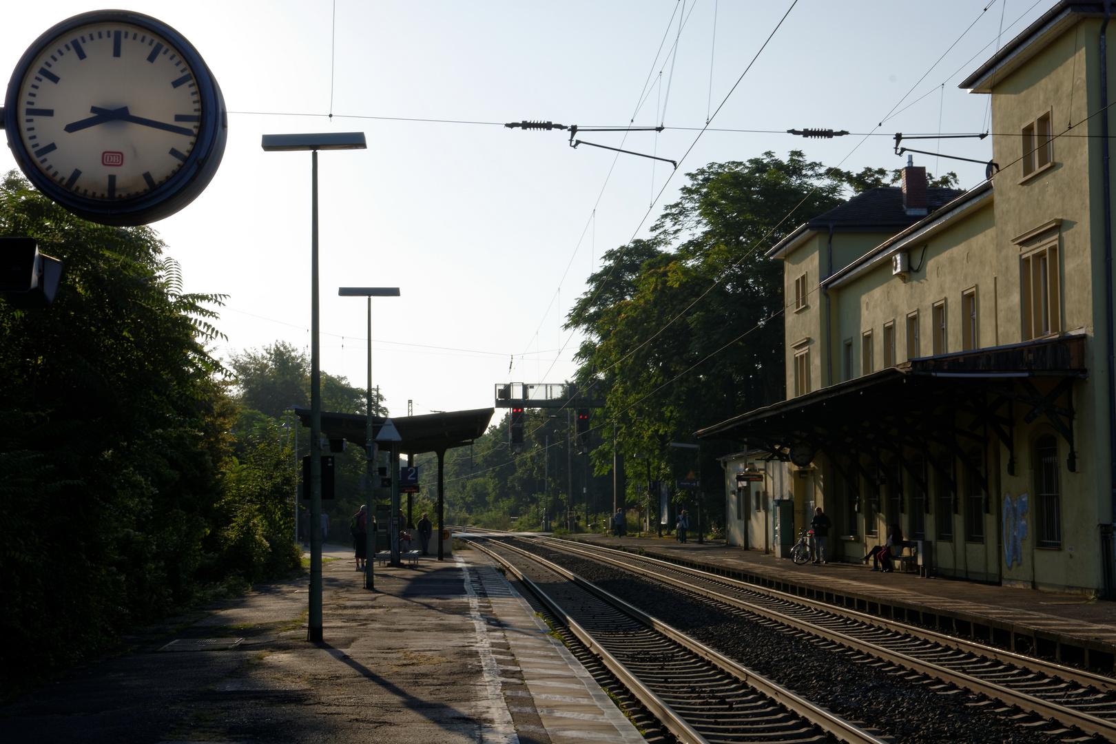 Spätsommermorgen am Bahnhof Wiesbaden-Biebrich