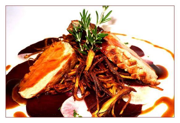 Spanferkel auf Kartoffelstroh und rote Bete Carpaccio