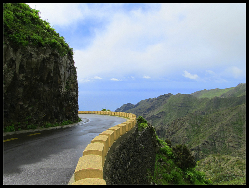 Spannende Straßenführung im Gebirge rund um den Pico del Teide