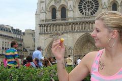Spatzen füttern in Paris vor der Cathedralé de Notre Dame