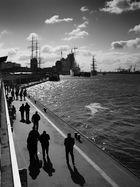 Spaziergänger im Hafen
