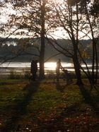 Spaziergänger in der Herbst-Sonne