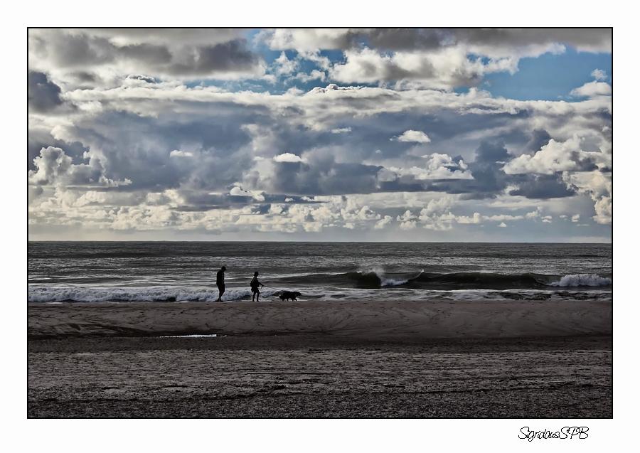 Spaziergang am Strand...trotz dunkler Wolken immer ein Erlebnis :-)
