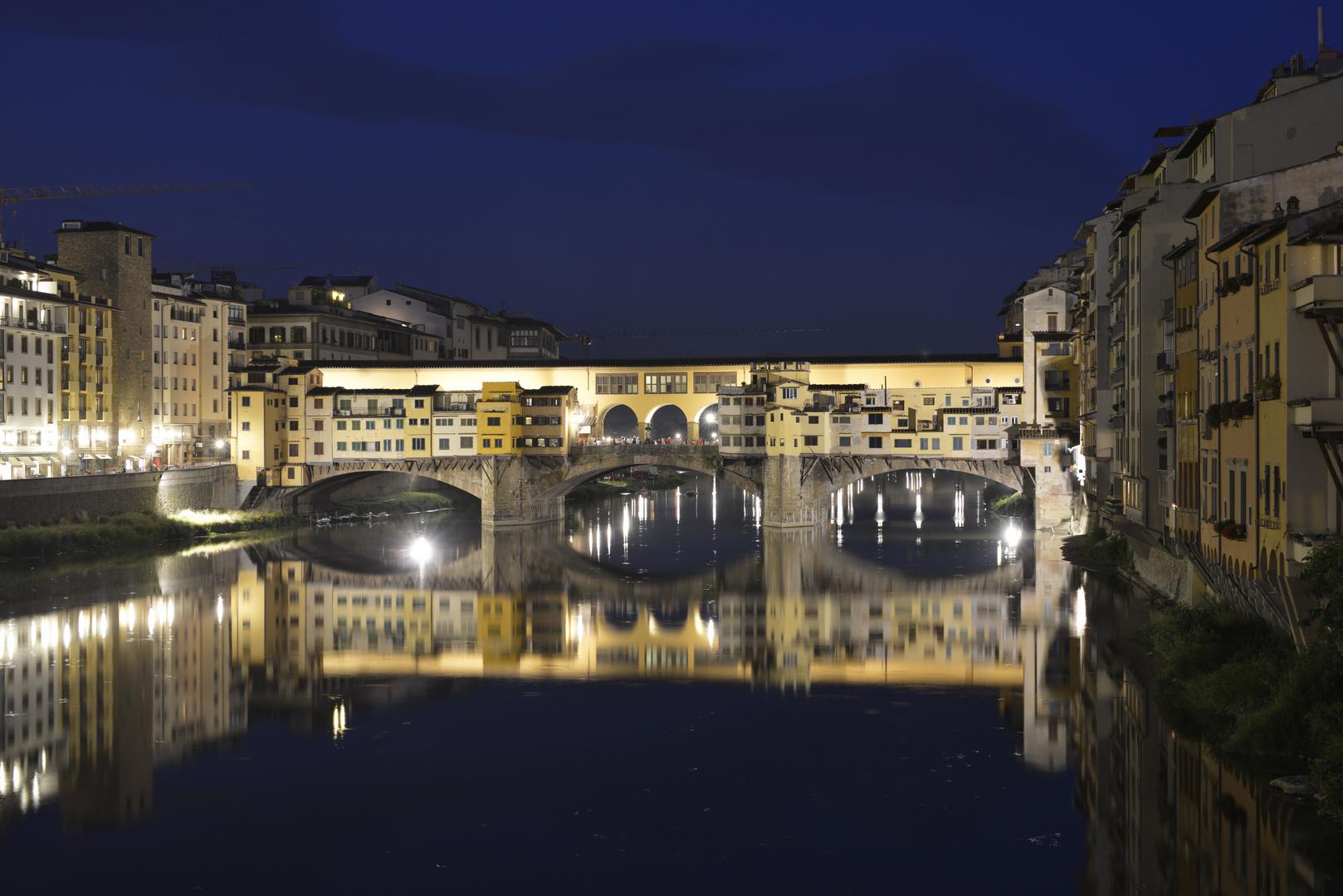 Spaziergang nachts in Florenz
