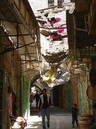 spaziergang unter dem müll der israelischen siedler