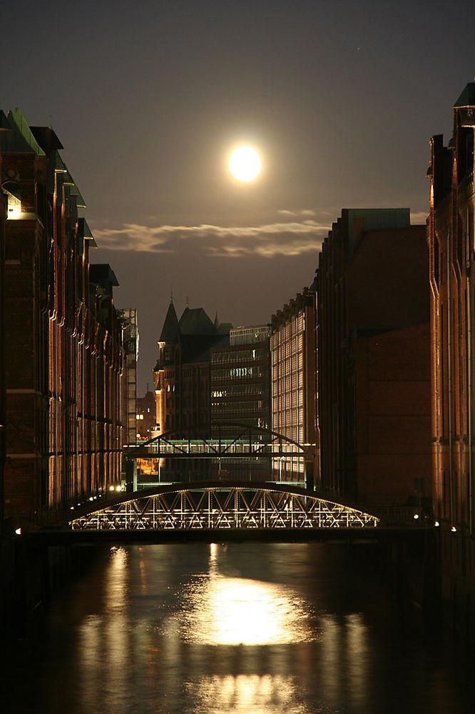 Speicherstadt mit Mond