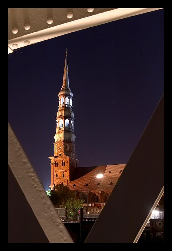 Speicherstadtbrücke bei Nacht mit Blick auf St. Katharinen