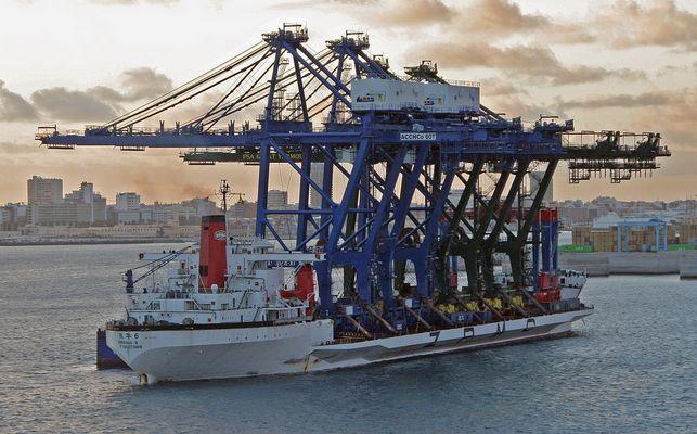 Spezialschiff für Containerbrücken