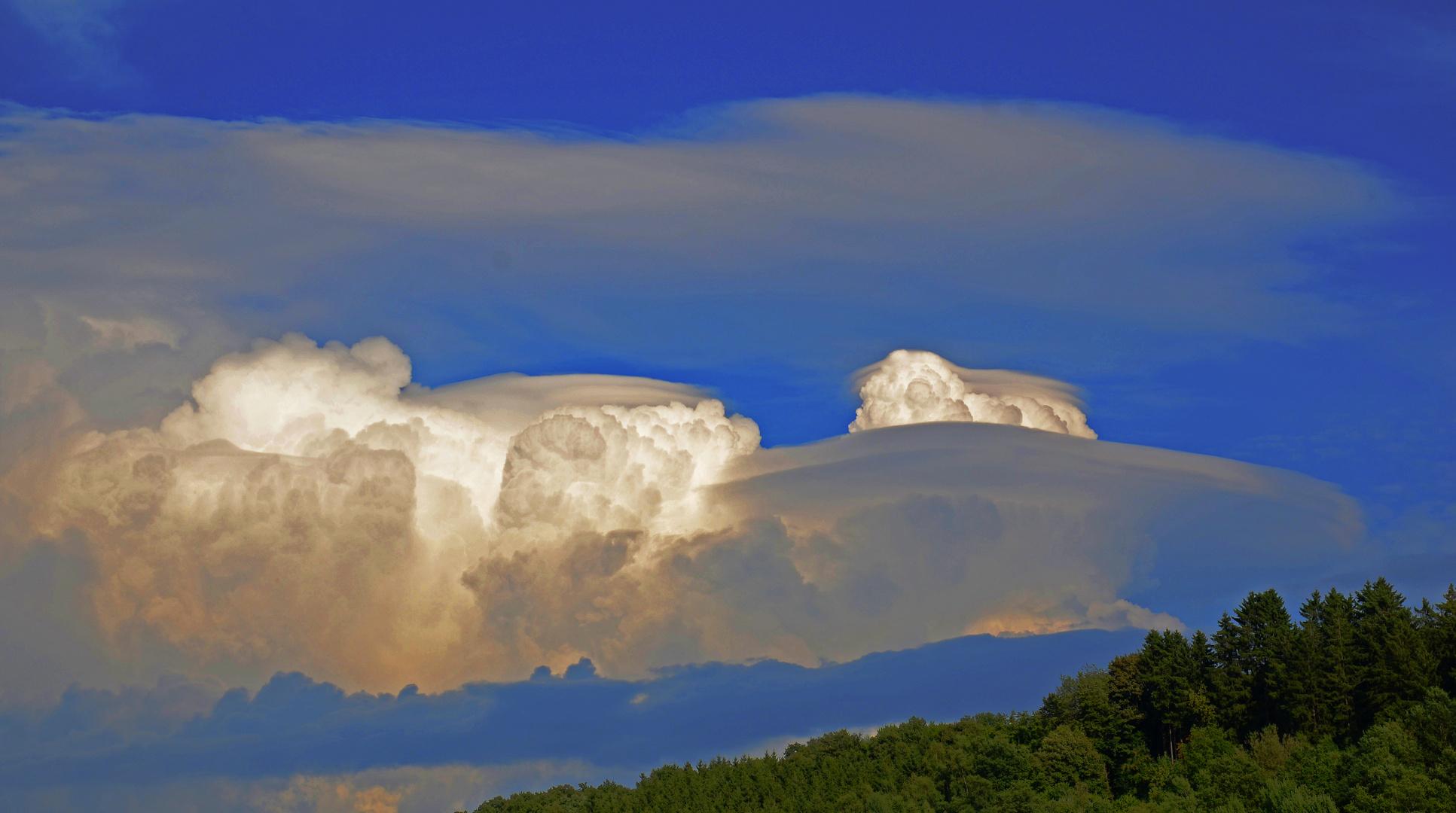 spezielle Wolkenformation als Hinweis auf Sturm bringendes Wetter