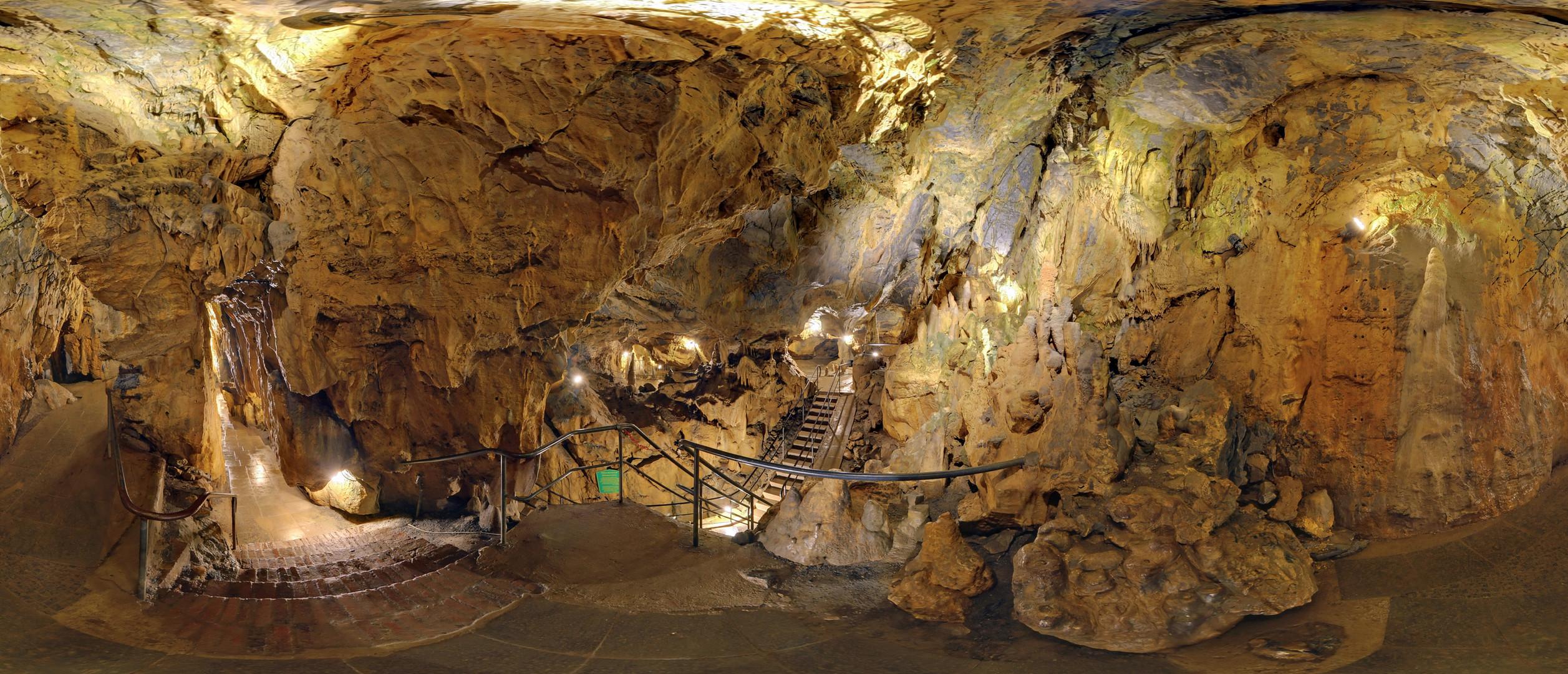 Sphärisches Panorama der Tropfsteinhöhle in Warstein