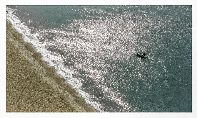 Spiaggia e barca in controluce