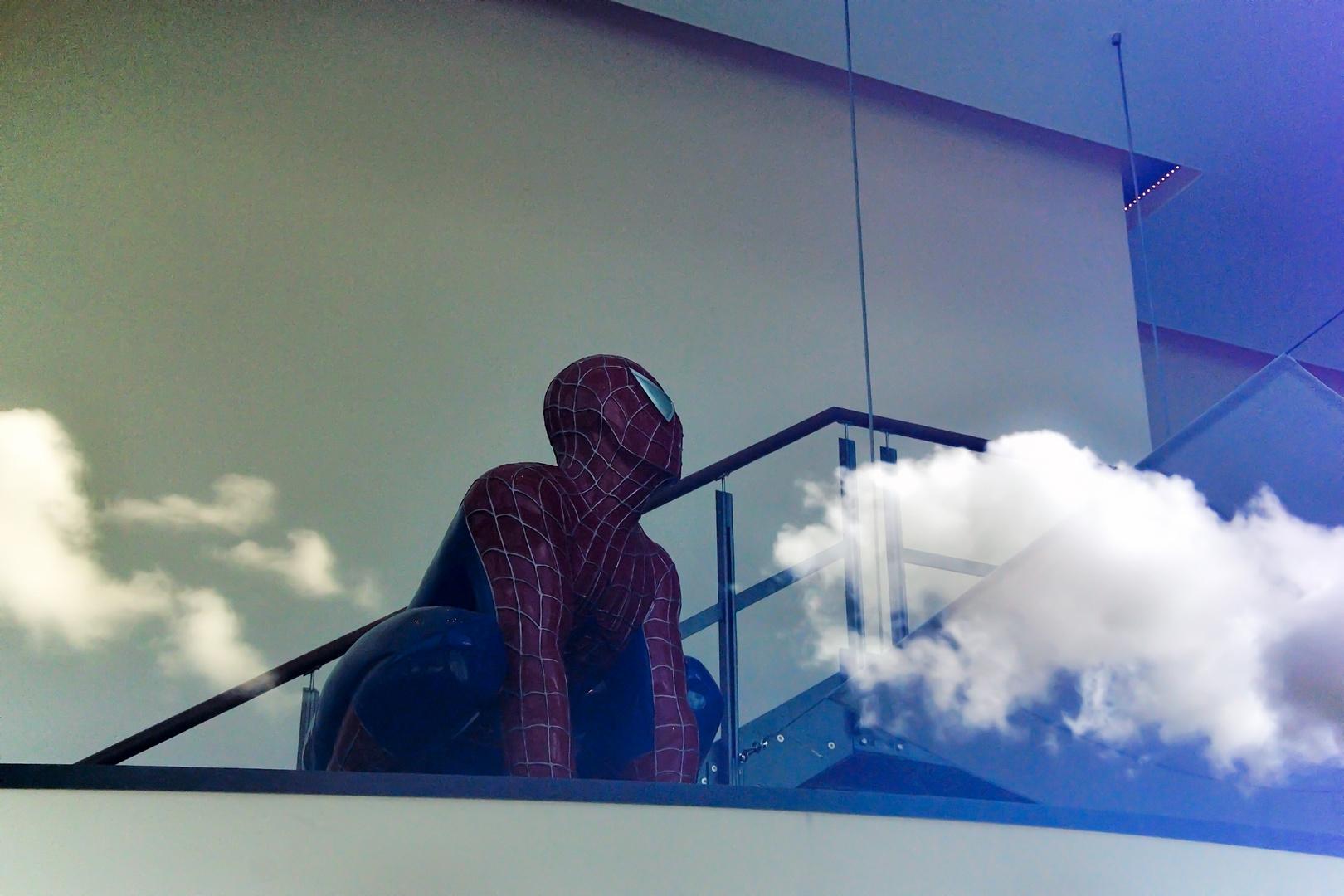 Spiderman über den Wolken