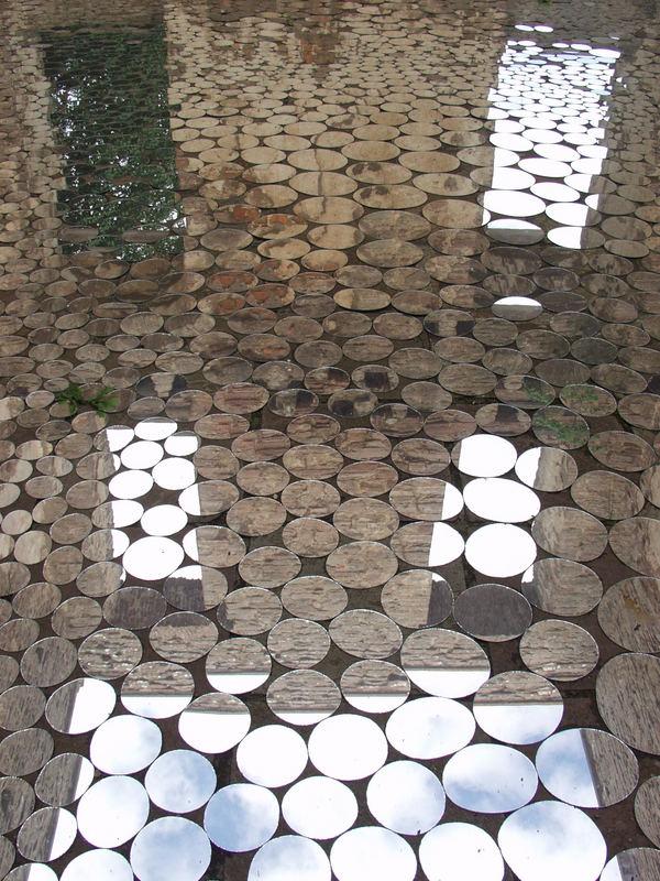 Spiegel am Boden