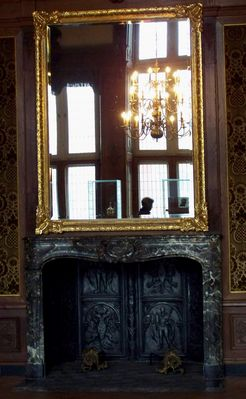 Spiegel und Kamin im Rathaus