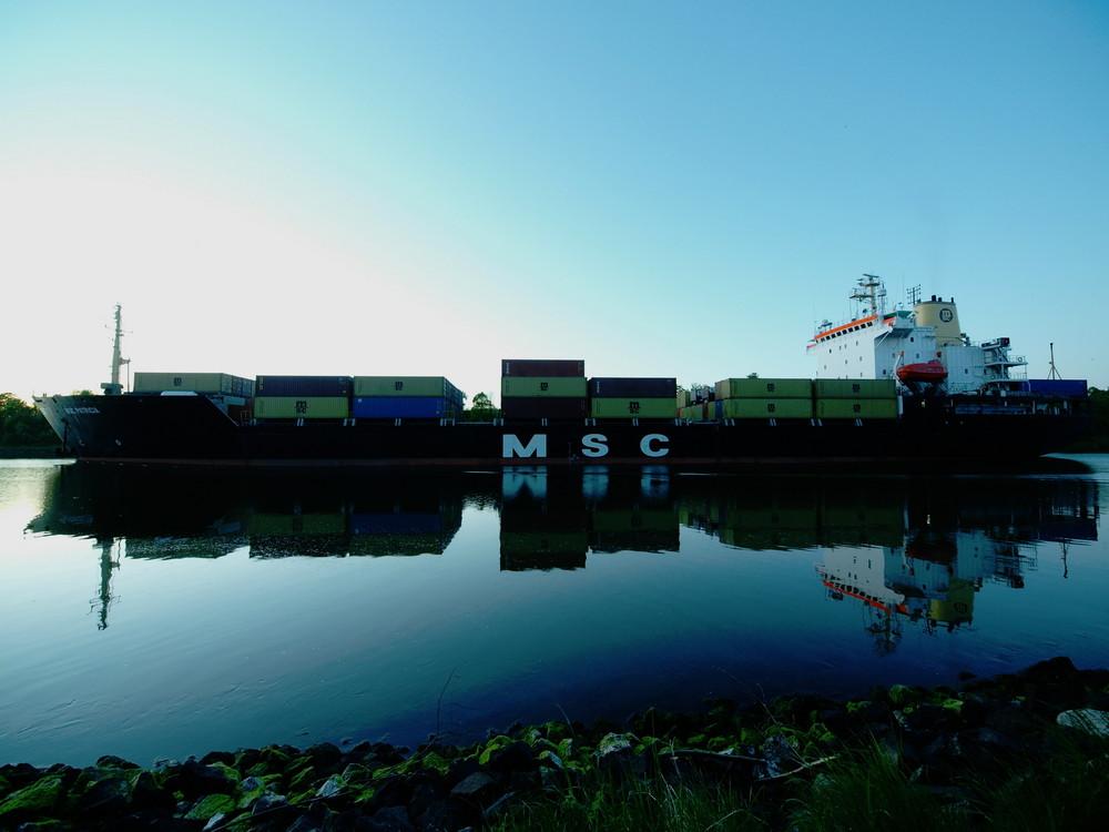 Spiegelbild auf dem Nord-Ostsee-Kanal
