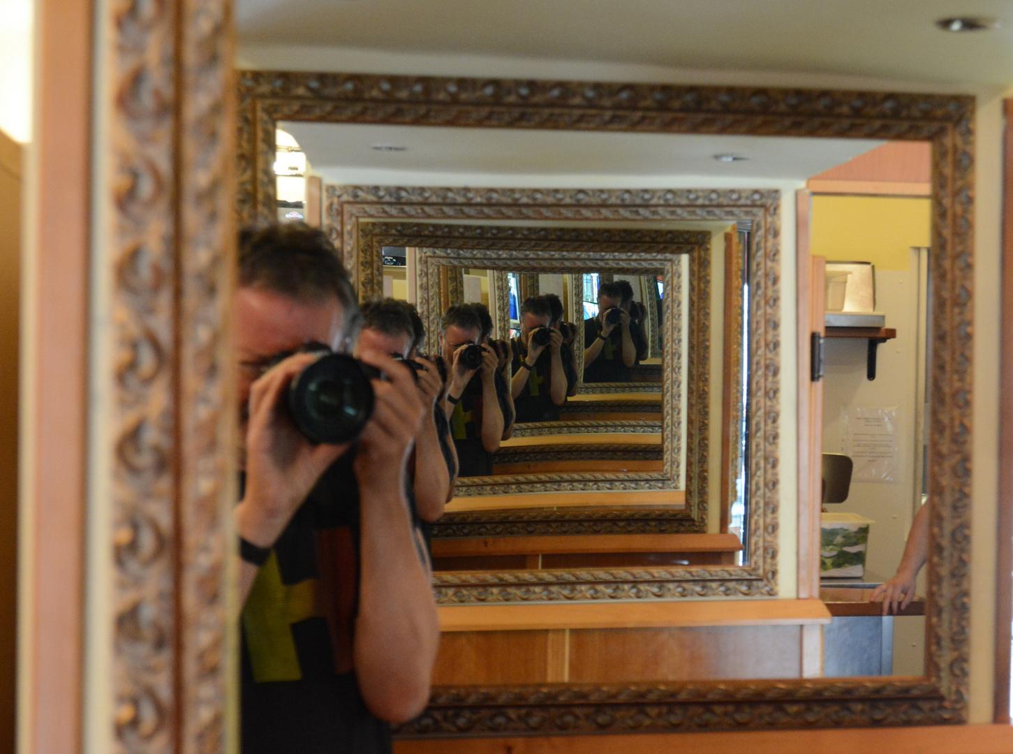 """""""Spiegelbild"""" in einer Gelateria in Siena"""