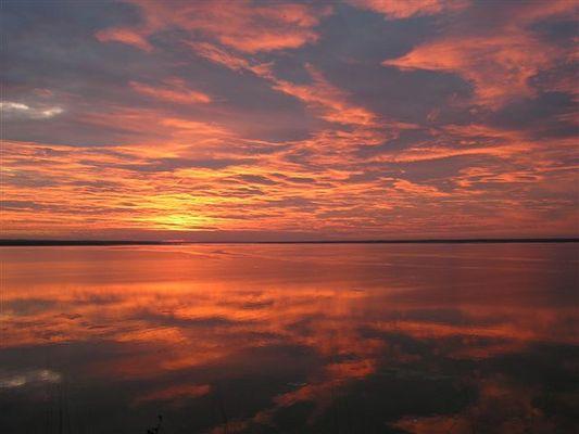 Spiegelnder Sonnenuntergang