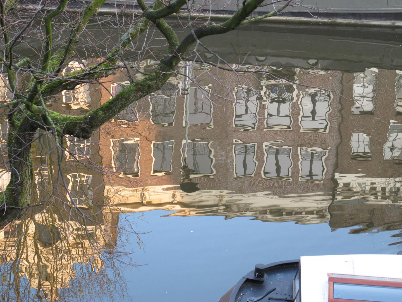 Spiegelung an der Singel-Gracht in Amsterdam