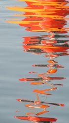 Spiegelung der Fahrwassertonne vor Hiddensee bei Flaute