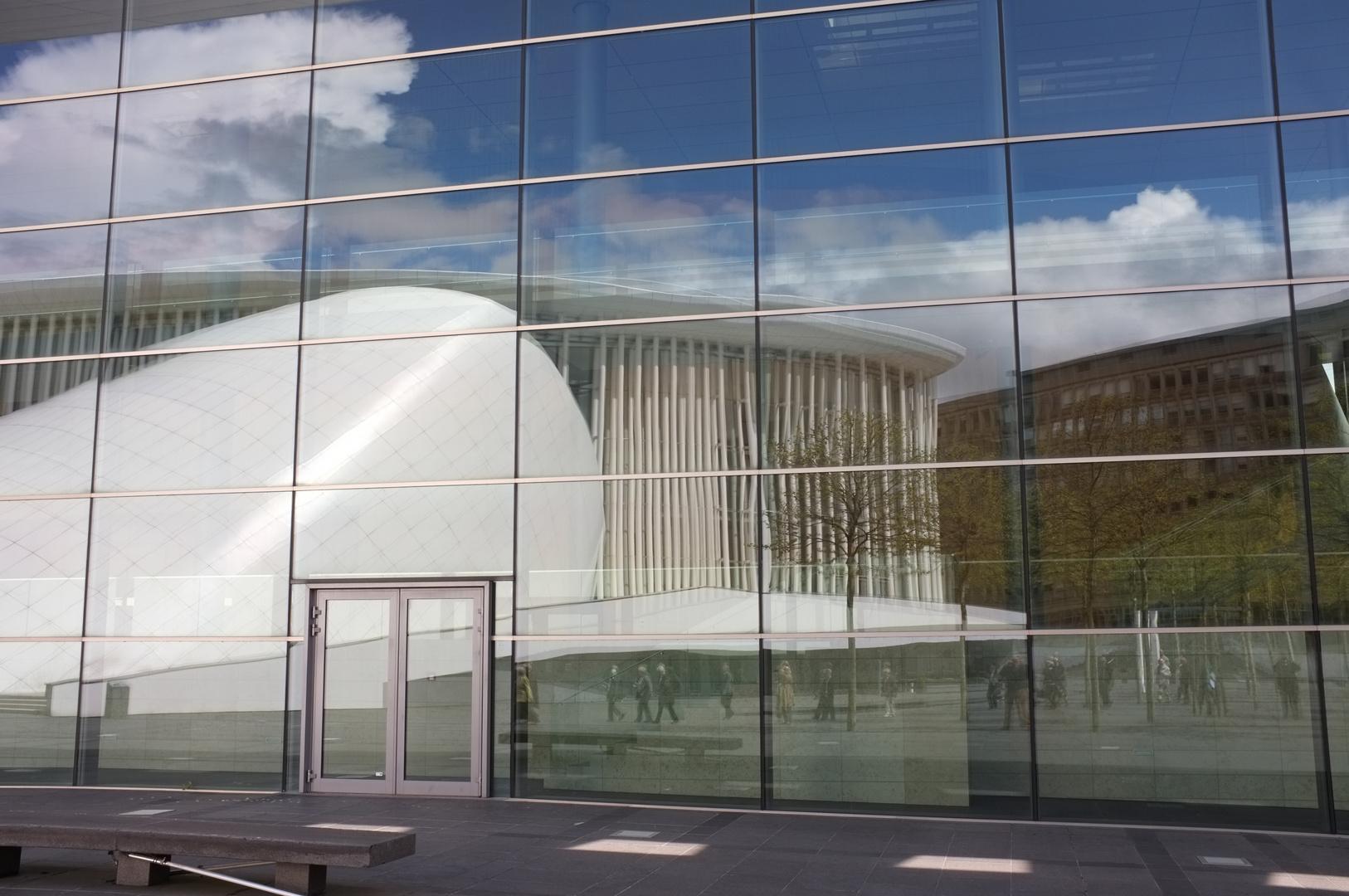 Spiegelung der Philharmonie auf dem Kirchberg von Luxemburg-Stadt