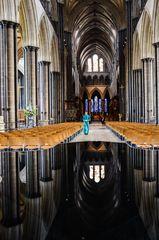 Spiegelung der Salisbury Cathedral in einem Becken mit heiligem Wasser