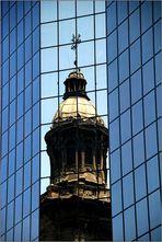 Spiegelung der Santa Iglesia Kathedrale in Santiago de Chile