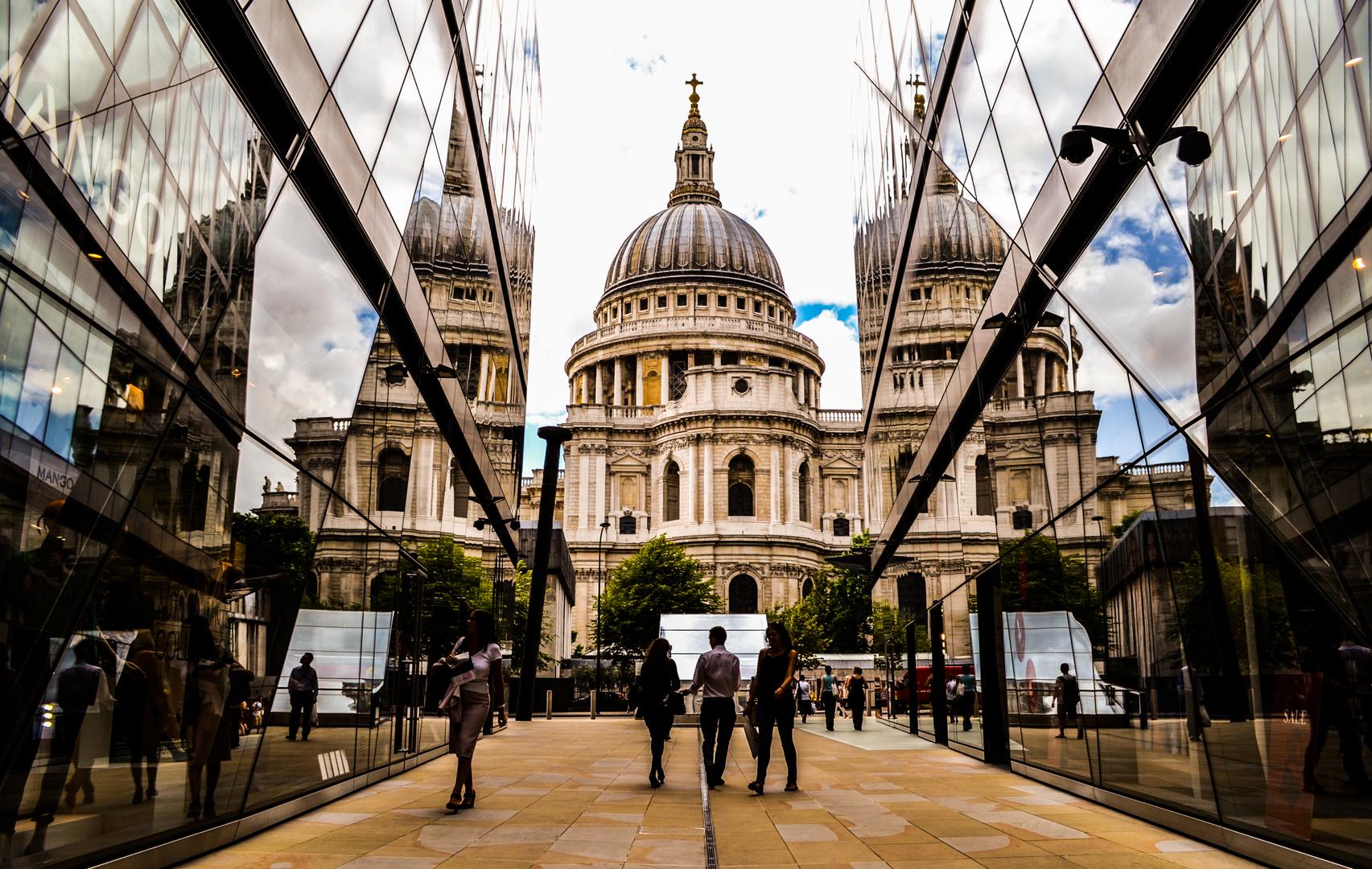 Spiegelung der St. Paul's Cathedral in der Fassade des Einkaufzentrums One New Change