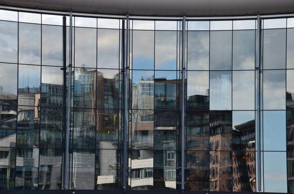 Spiegelung der verschiedene Baustile im AkerBrygge-Areal, Oslo