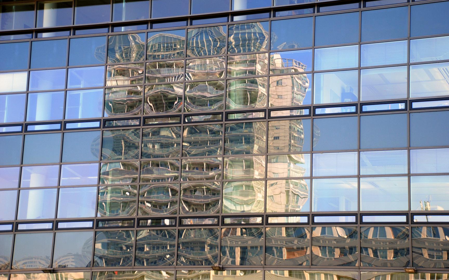 Spiegelung im Austria Center Wien
