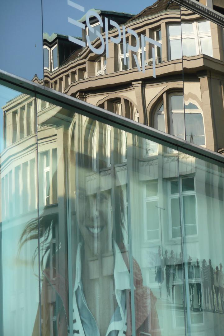 Spiegelung im Kaufhausfenster