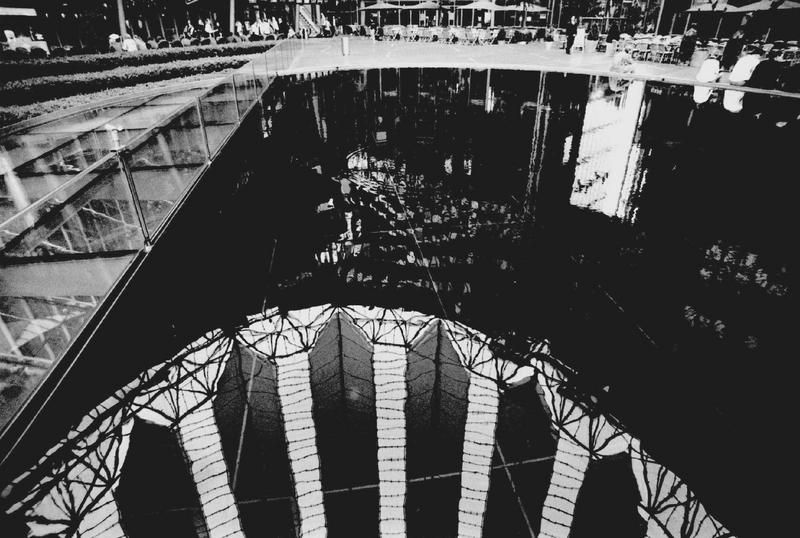 Spiegelung im See unter der Kuppel des Sony-Centers