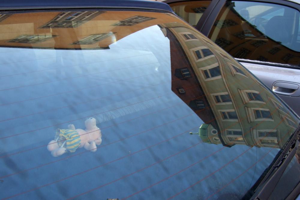 Spiegelung in Autoscheibe