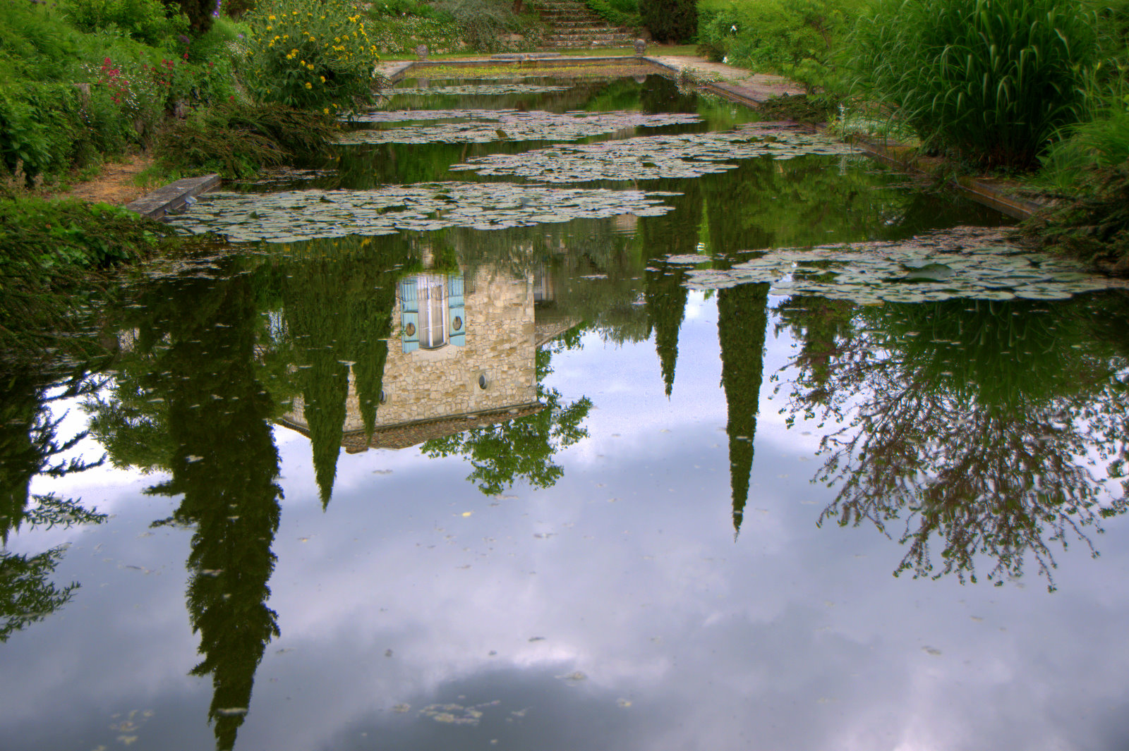 Spiegelung in den Jardins de Sardy