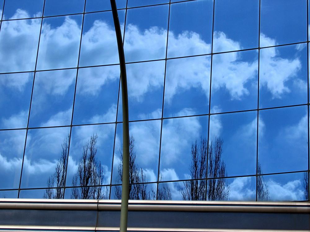 Spiegelung in Hausfassade am S-Bahnhof Stresow