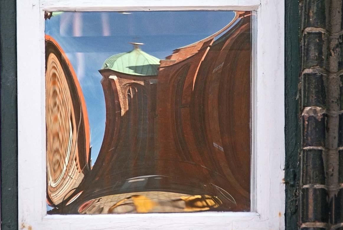 Spiegelung Ostchor St. Marien in Butzenscheibe vom Rathaus