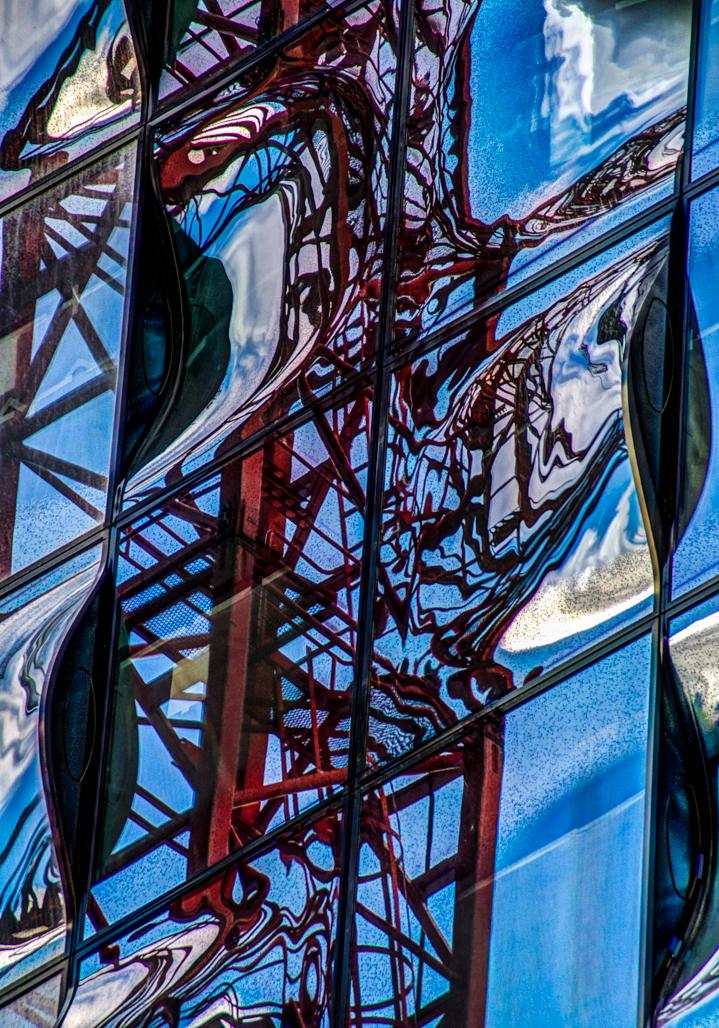 Spiegelungen an der Fassade der Elbphilharmonie