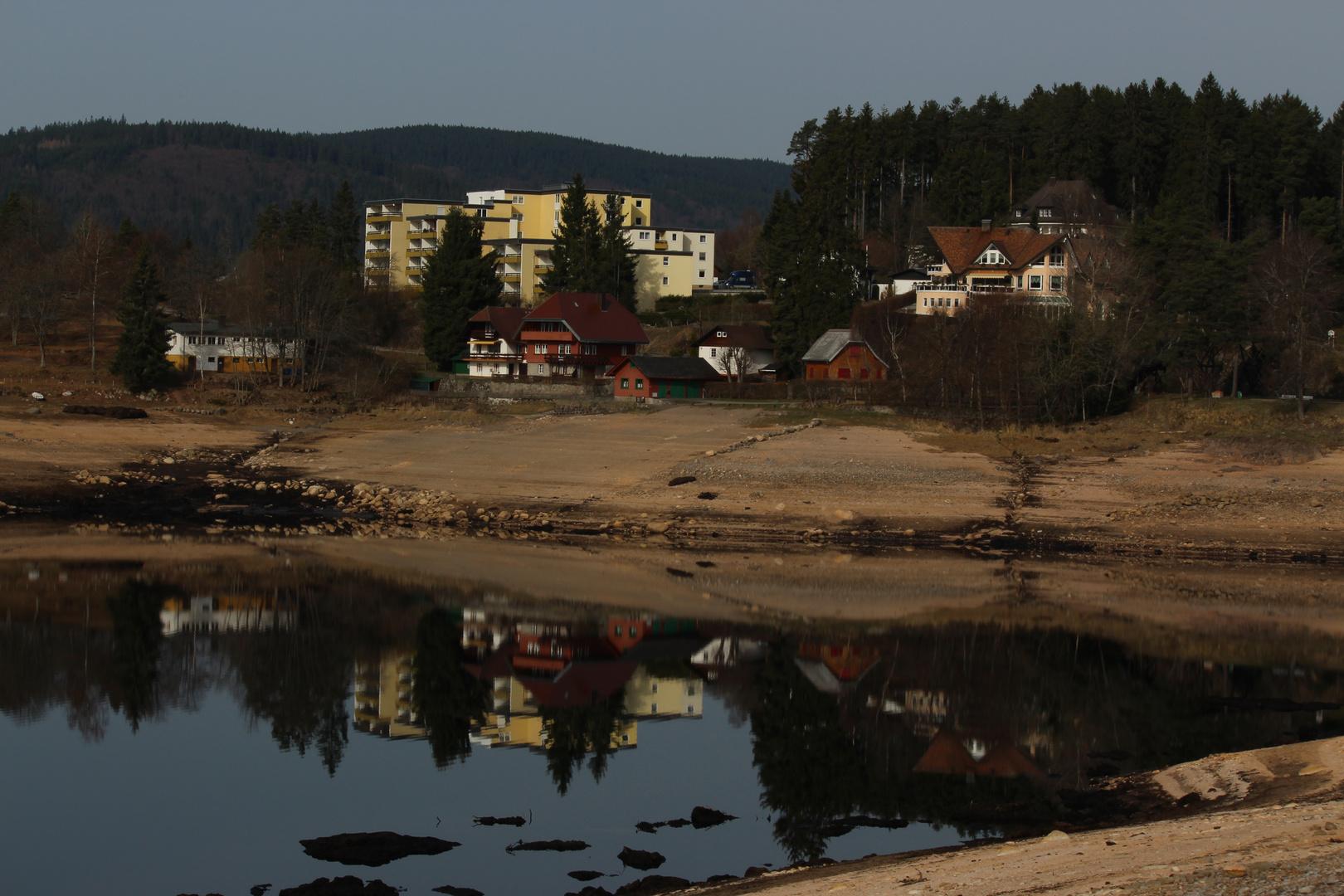 Spiegelungen im Schluchsee (Schwarzwald (D)) mit wenig Wasser..