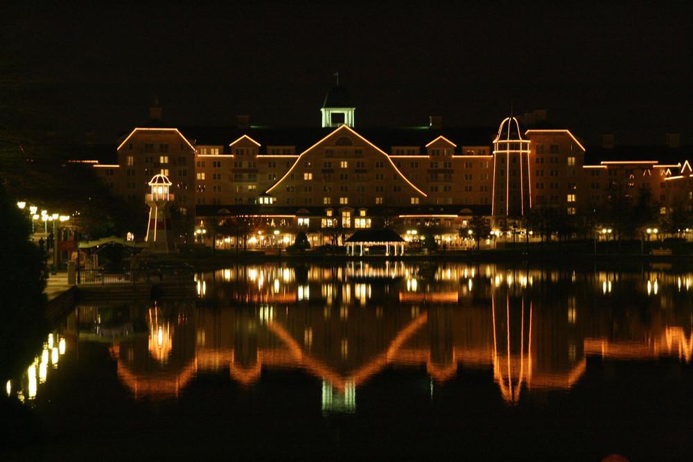Spiegelungen im See vor dem Newport Bay Club im Disneyland Paris
