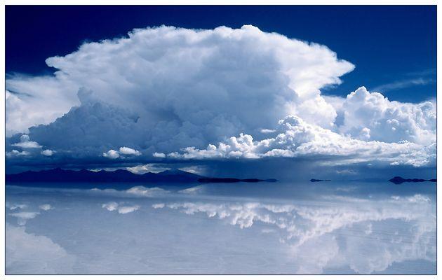 Spiegelungen in der überfluteten Salzwüste