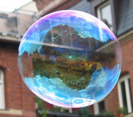 Spiegelungen in einer Seifenblase