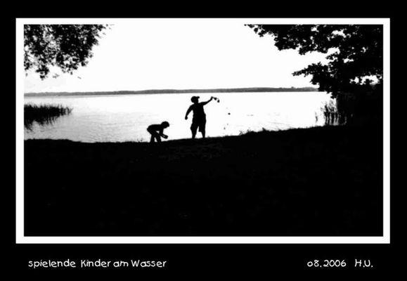 spielende Kinder am Wasser