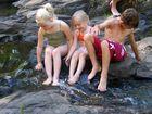 Spielende Kinder am Wasserfall