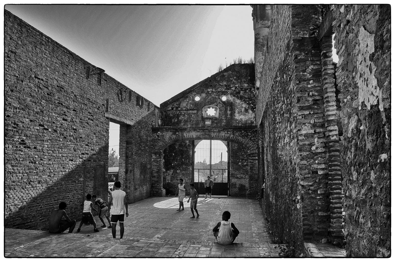 spielende Kinder in einer Ruine in Trinidad...