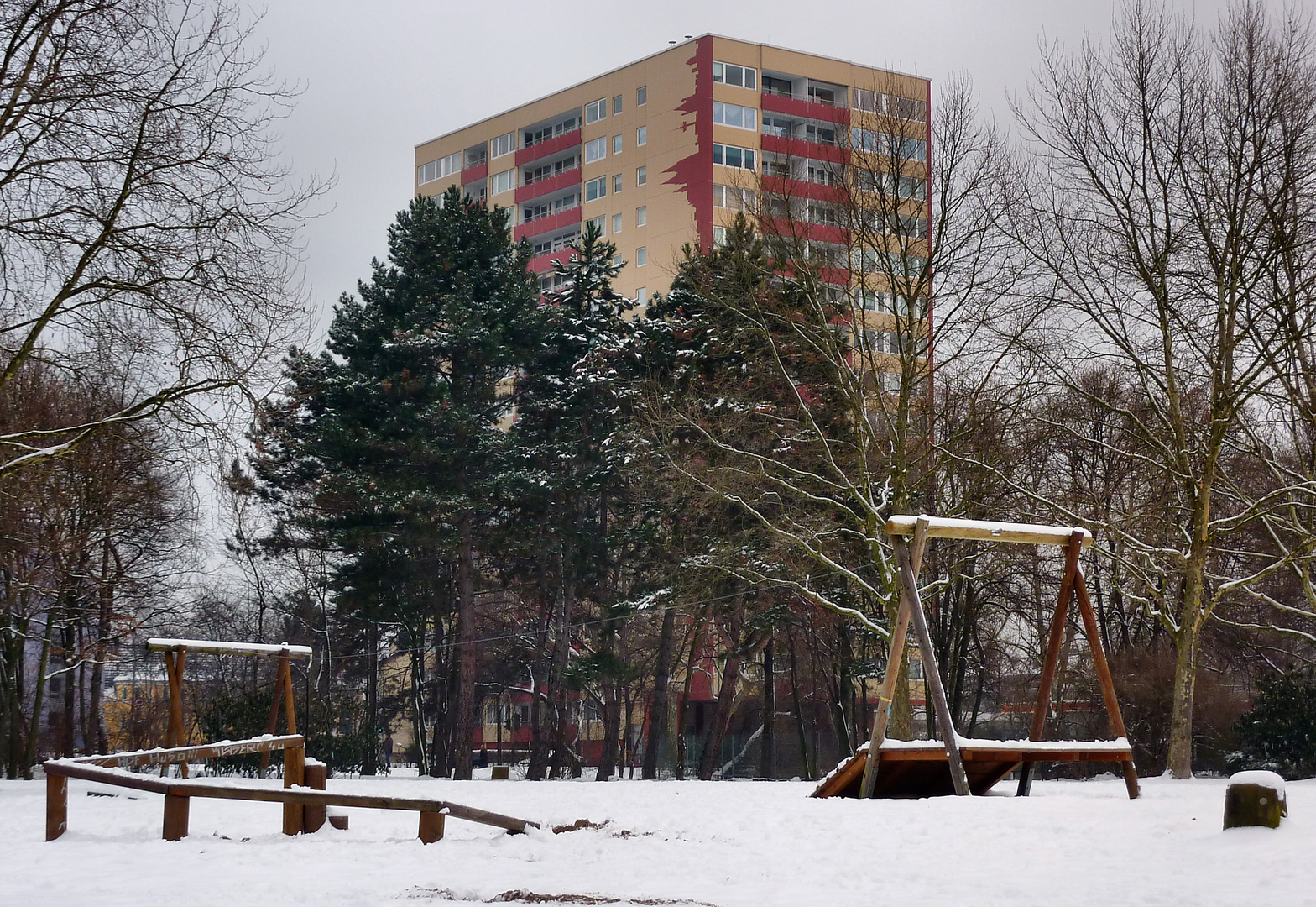 Spielplatz vor Hochhaus