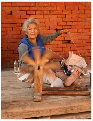 Spinnerin in Bhaktapur