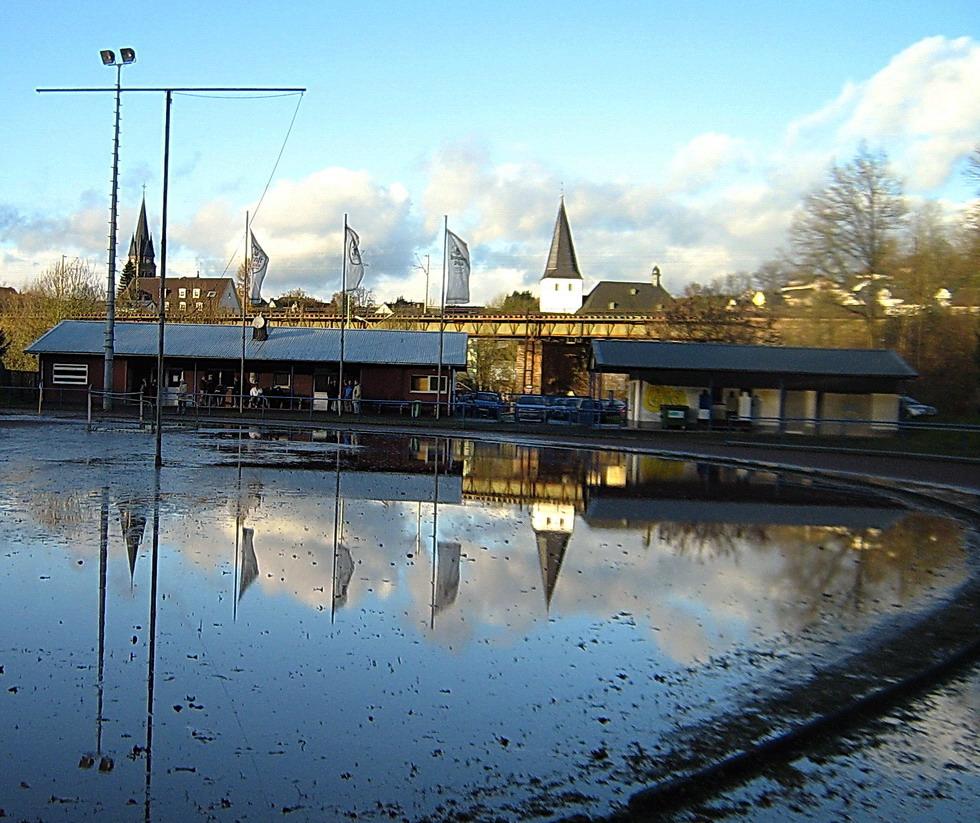 Sportplatz unter Wasser.....
