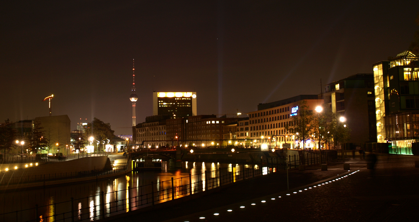 Spree mit Ausblick auf Fernsehturm, Berlin - Festival of lights