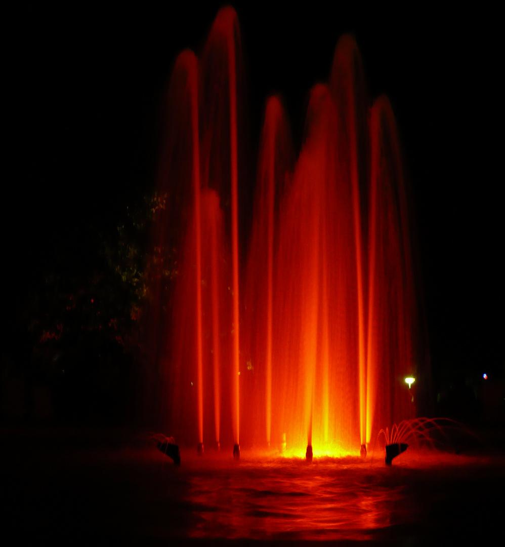 Springbrunnen bei Nacht rot beleuchtet