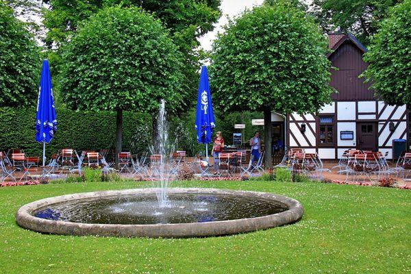 Springbrunnen und Schnellrestaurant